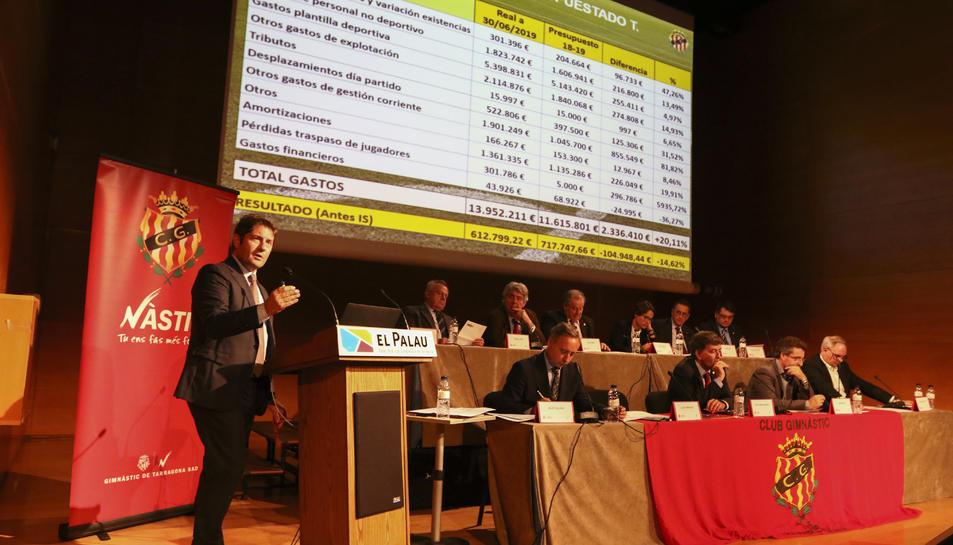 El director general de la SAE, Lluís Fàbregas, presentant els números durant la Junta General d'Accionistes del Gimnàstic de Tarragona.