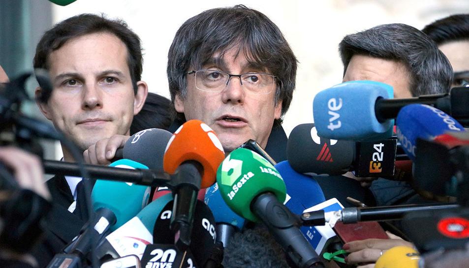 L'expresident Carles Puigdemont atenent els mitjans de comunicació després de comparèixer davant la justícia belga,