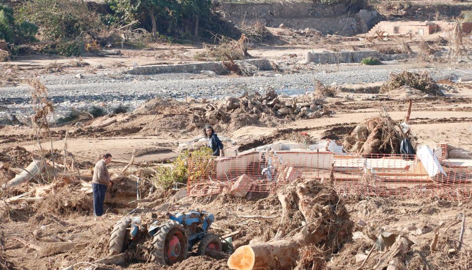 Panoràmica d'un pare i el seu fill, sobre el terra del seu antic xalet, que va desaparèixer per culpa de la riuada a Montblanc, a tocar el riu Francolí, d'on només en queden runes. Imatge del 29 d'octubre del 2019