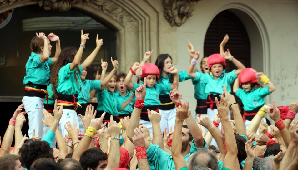 Imatge dels castellers de Vilafranca celebrant després del 3d10 amb folre i manilles