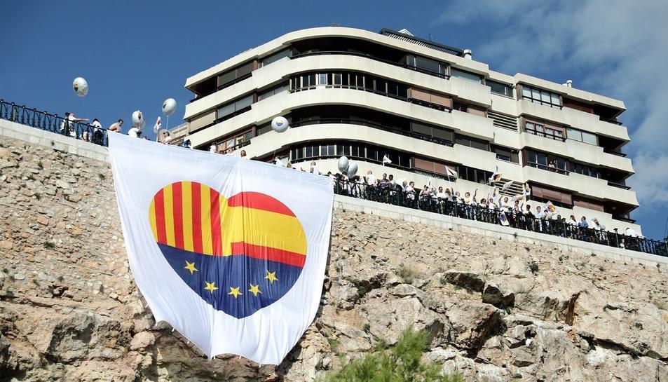 Imatge de la bandera desplegada al Balcó del Mediterrani.
