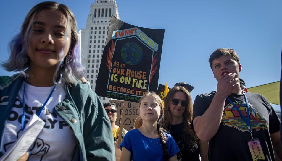 Greta Thunberg acompanyada d'altres activistes durant la Youth Climate Strike a Los Angeles, California, USA.