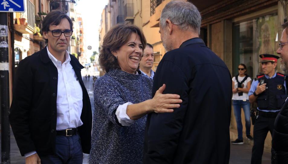 Dolores Delgado, saludant el cap de llista del PSC a Tarragona, Joan Ruiz.