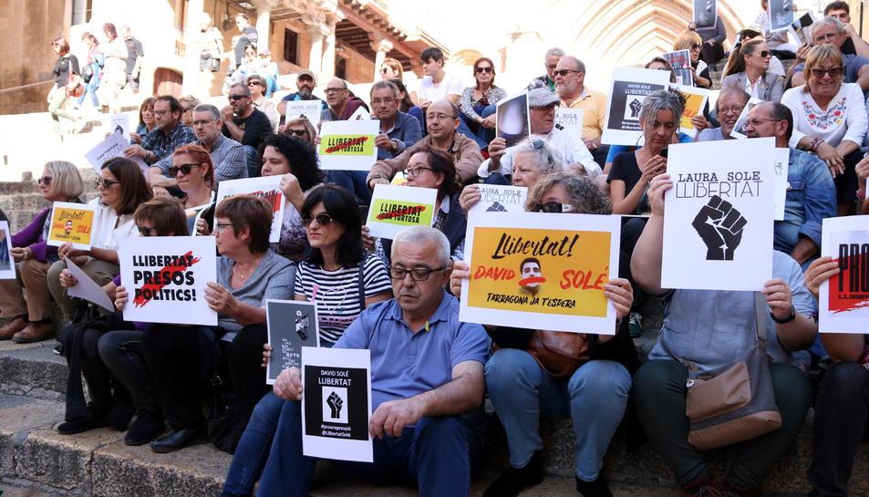 Imatge de les persones que han participat a la roda de premsa a Tarragona per demanar la llibertat dels joves tarragonins empresonats durant els disturbis.