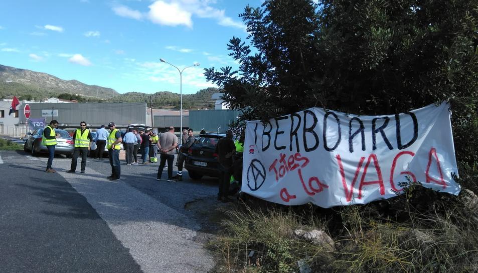 Treballadors, ahir, davant de l'empresa Iberboard, al terme municipal d'Alcover.