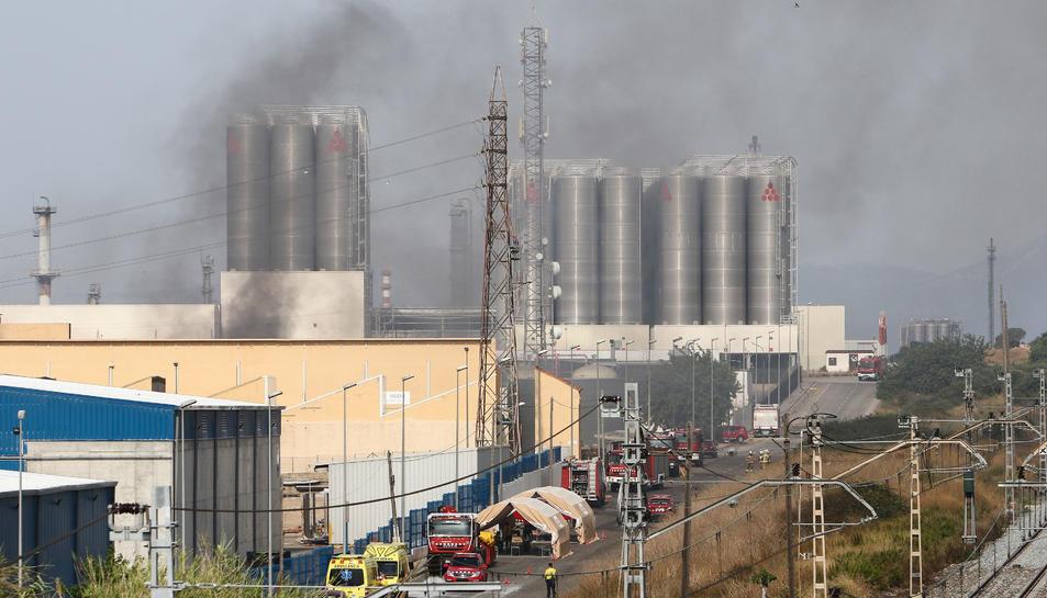 Els serveis d'emergència i Bombers davant el magatzem de Miasa el passat 7 de juliol.
