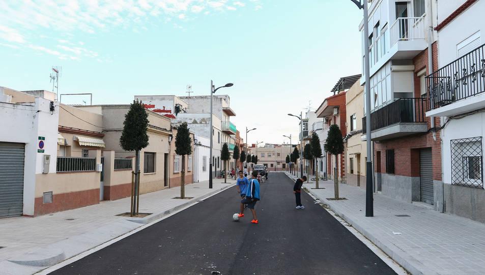 L'aplicació de pintura permetrà reobrir el tram a la circulació de vehicles.