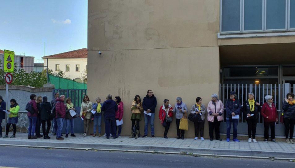 Imatge de la cua davant el jutjat de Valls