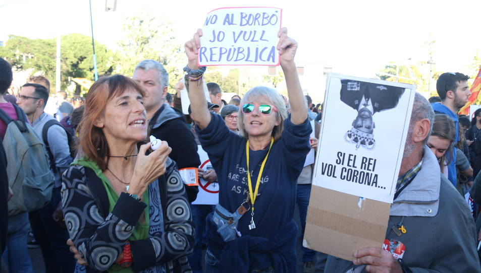 Un grup de manifestants protesten davant del Palau de Congressos de Catalunya contra la presència de Felip VI