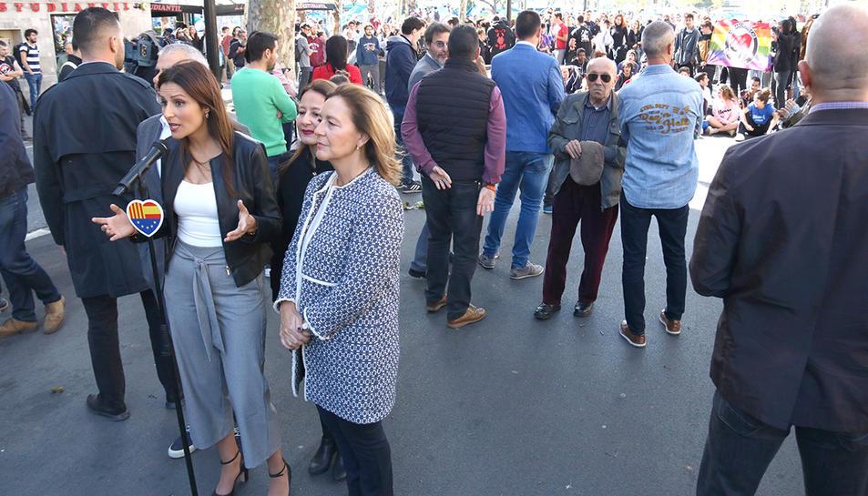 L'atenció als mitjans de comunicació de Lorena Roldán a plaça Universitat, amb desenes d'acampats increpant Cs