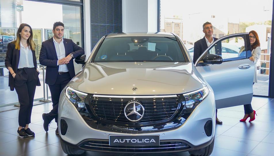 L'equip de vendes d'Autolica Tarragona, durant la presentació en societat del vehicle.