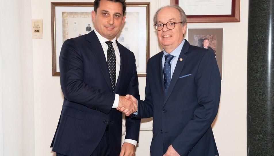 El president sortint i degà de de Terrassa, Ignasi Puig Ventalló, dóna el relleu al nou president del Consell de l'Advocacia Catalana, Manel Albiac