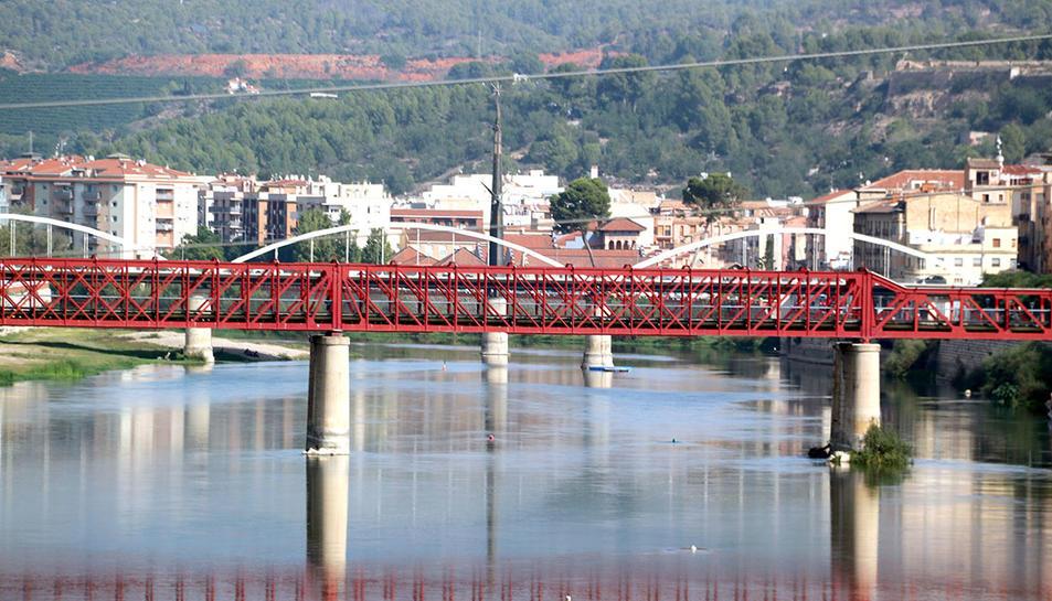 Pla general del riu Ebre amb el pont roig, antic pont de Renfe, el de l'Estat, i el monument franquista al fons. Imatge del 18 d'octubre del 2019