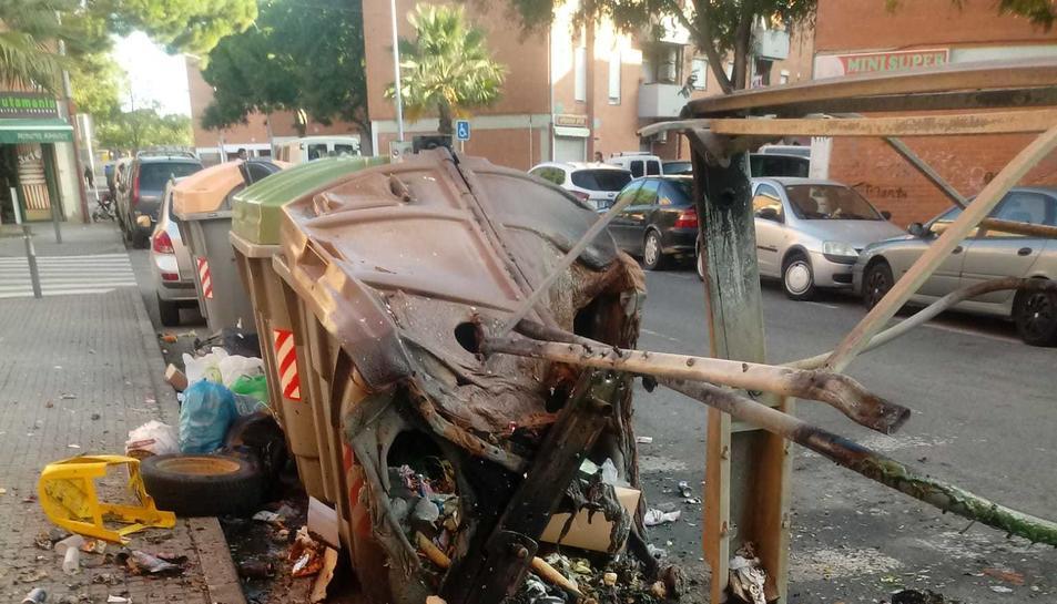 Imatge dels contenidors cremats a Mas Pellicer.