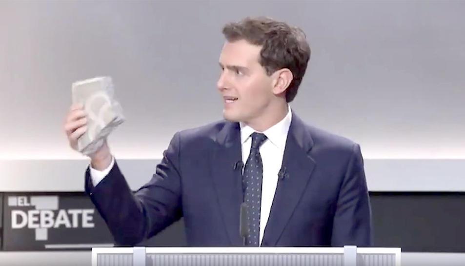 El líder de Cs va exhibir un tros de panot dels carrers de Barcelona durant el debat.