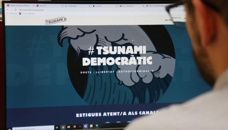 Imatge d'un usuari consultant la web de Tsunami Democràtic