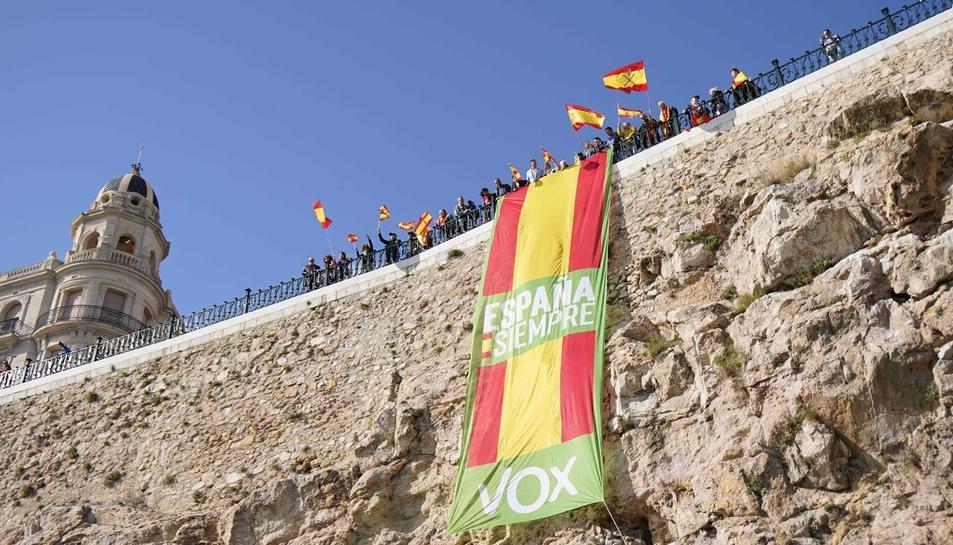 Una lona desplegada pel Balcó del Mediterrani