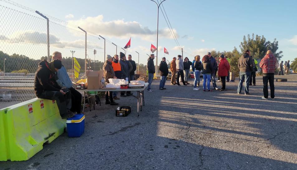 Pla general de treballadors aturats, en vaga indefinida, a l'exterior de l'empresa paperera Iberboard, a Alcover (Alt Camp), on es manté l'activitat completament parada. Imatge del 6 de novembre del 2019