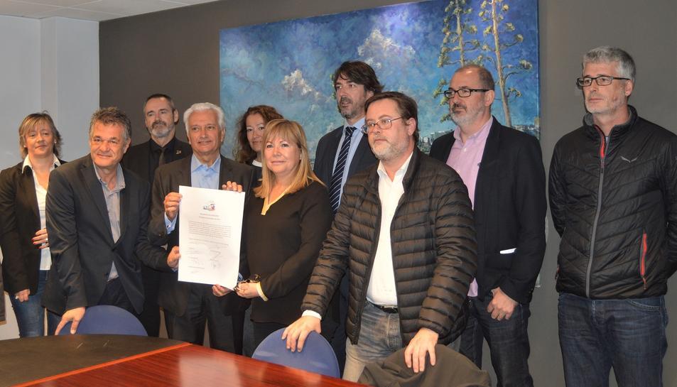 Pla general dels set representants polítics a Tarragona, amb tres membres de la plataforma la plataforma 'Mercaderies per l'interior', després de la signatura del compromís. Imatge del 6 de novembre del 2019