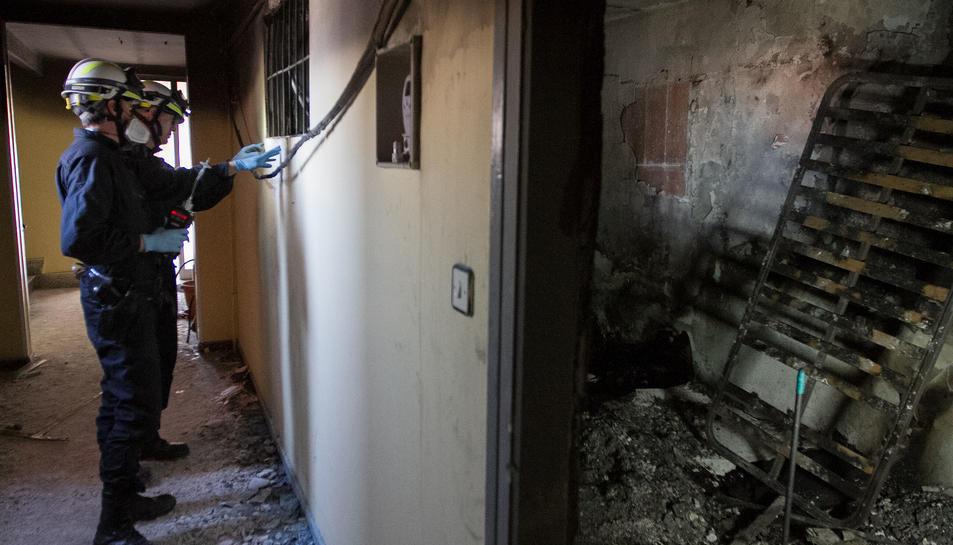 L'interior del pis de l'habitatge incendiat a Reus, amb tècnics revisant-lo.