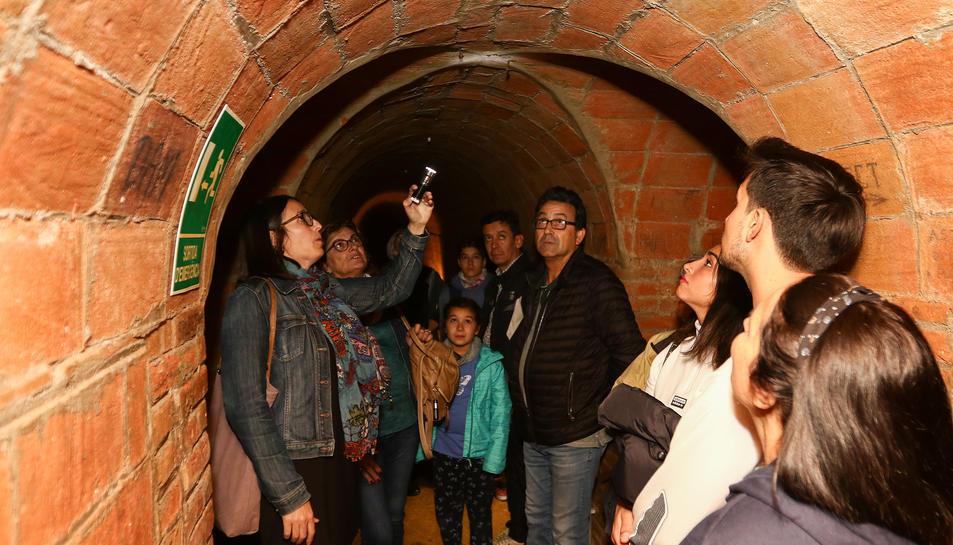 Alguns dels visitants passant pels passadissos de la Patacada.
