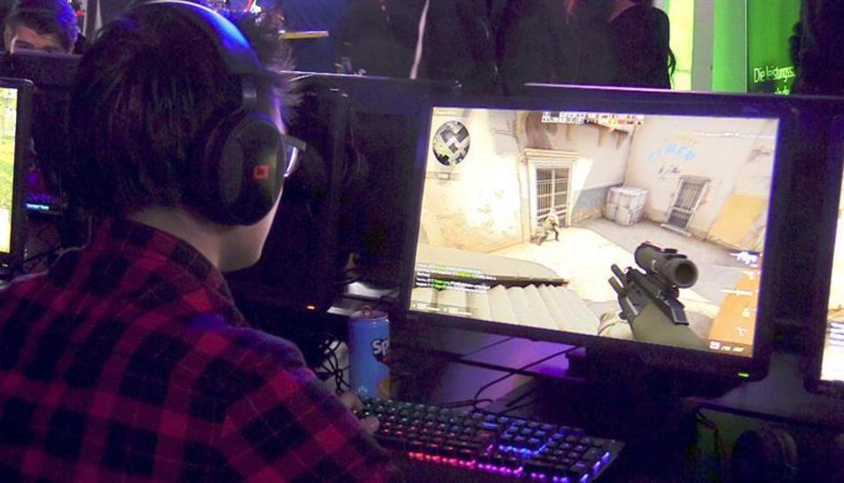 Imagen de archivo de un joven jugando en un ordenador.