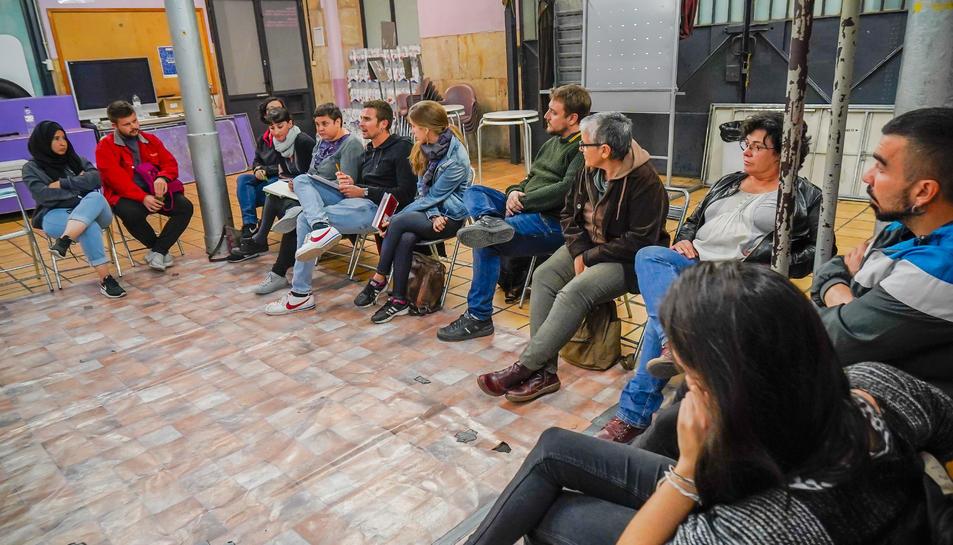 Instant de l'assemblea ahir al local de la Colla Jove dels Xiquets de Tarragona per acabar amb el racisme al barri.