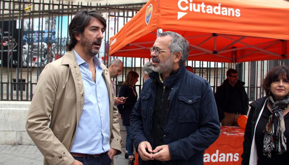 El cap de llista de Cs per Tarragona al Congrés, Sergio del Campo, conversant amb el diputat al Parlament i regidor a Tarragona, Francisco Domínguez.