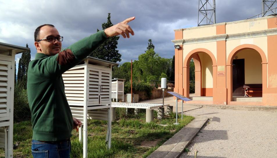 Pla mitjà de l'investigador Pere Quintana descrivint l'estació i el pavelló meteorològic de l'Observatori de l'Ebre.