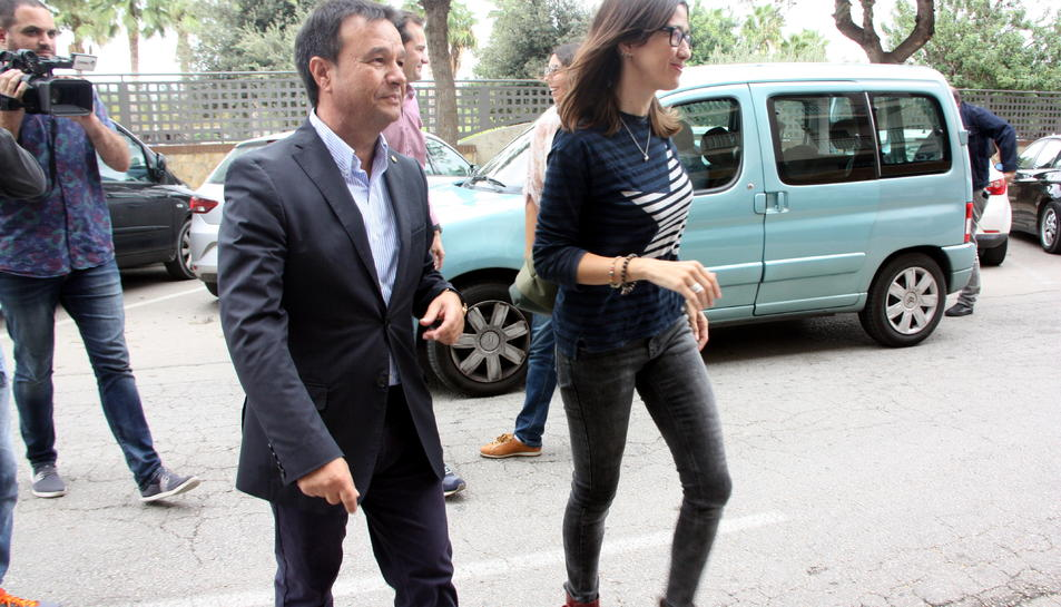 La candidata a les primàries del PSC, Núria Parlón, acompanyada del regidor socialista d'Amposta, Francesc Miró.