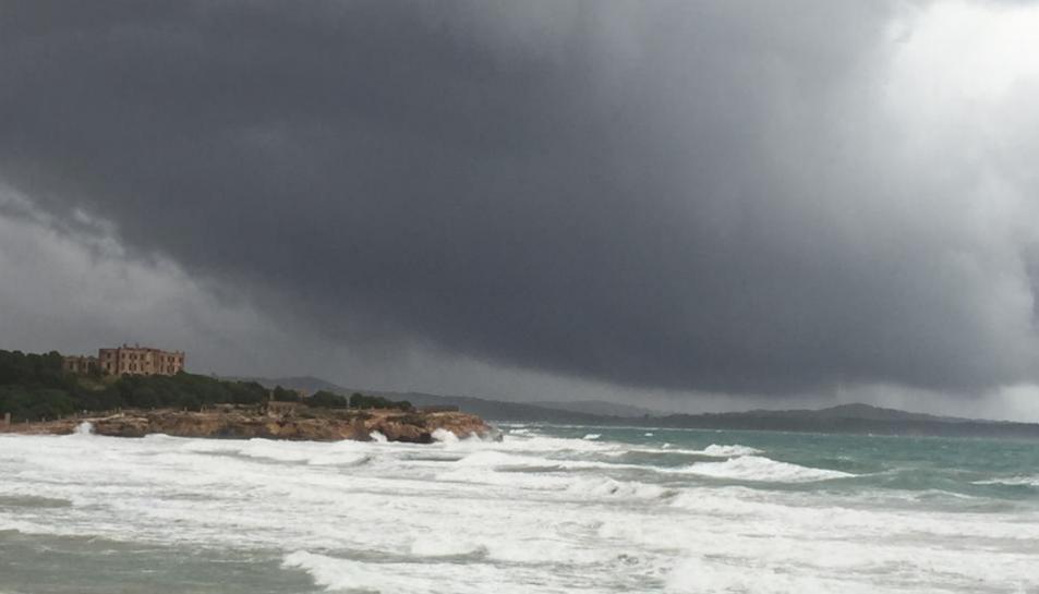 Imatge d'una forta tempesta al mirador de la Platja l'Arrabassada. DIARI MÉS