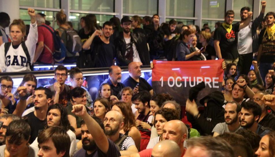 Un grup de manifestants a l'aeroport del Prat convocats per Tsunami Democràtic.