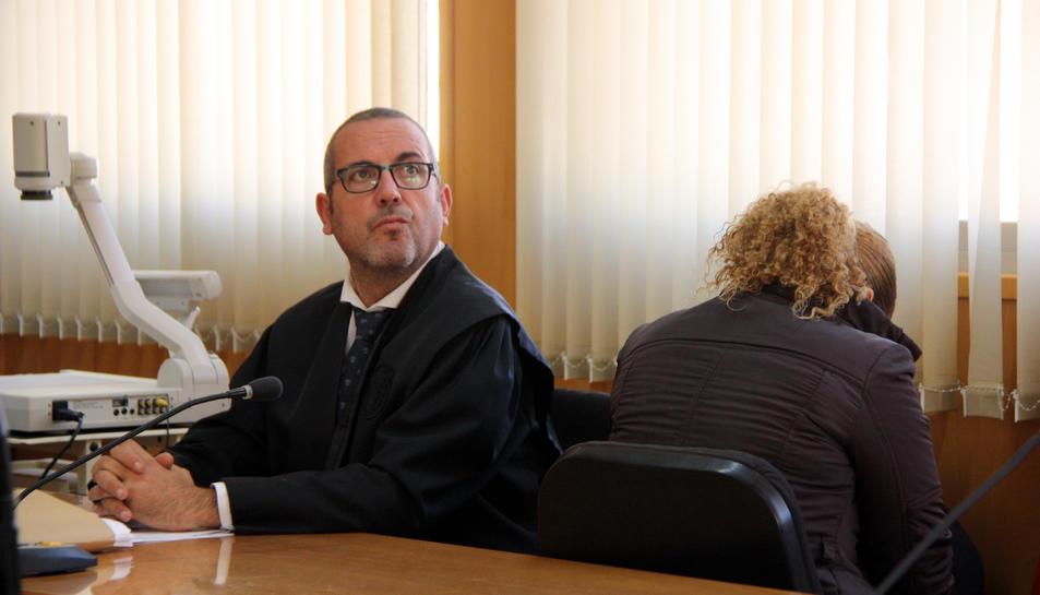 Imatge de l'acusada d'intentar matar l'exparella, d'esquenes, a l'Audiència de Tarragona.
