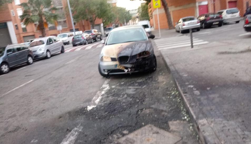 Imatge del vehicle afectat per les flames.