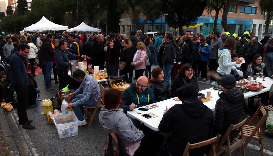 Pla general dels manifestants que han participat en l'acció convocada per Tsunami Democràctic a Tarragona.