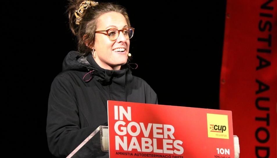 Pla mitjà de Mireia Vehí, cap de llista de la CUP pel 10-N, en l'acte de final de campanya.