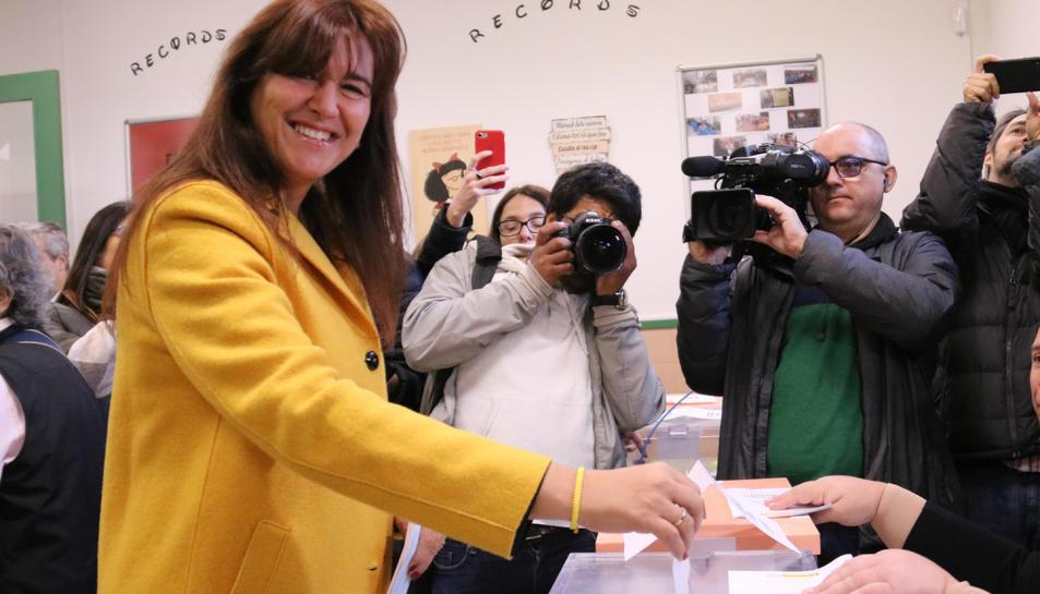 La cap de llista de JxCat, Laura Borràs, exerceix el seu dret de vot.