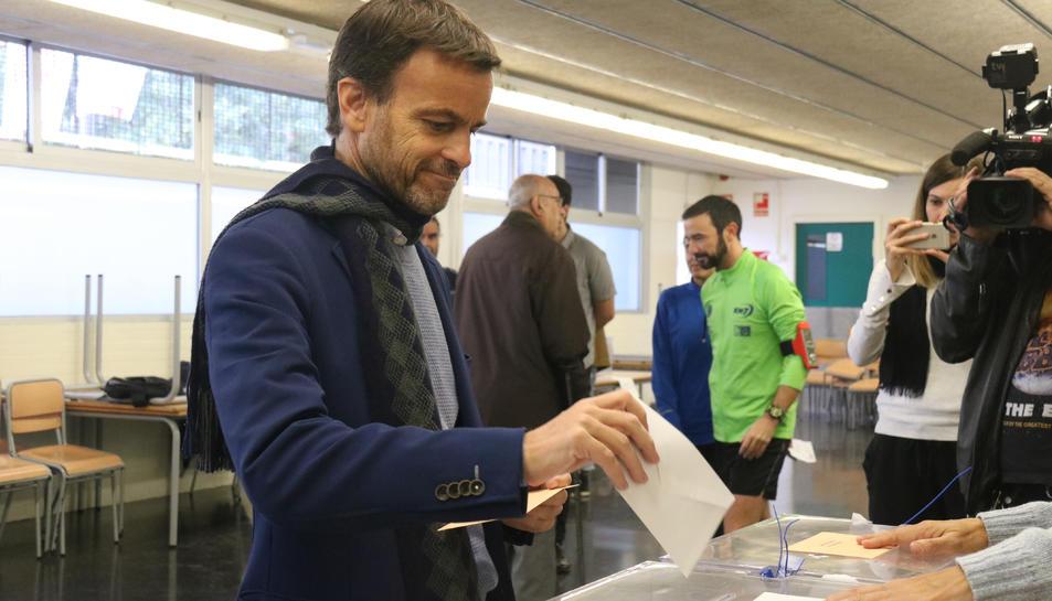 Pla mitjà del candidat d'En Comú Podem, Jaume Asens, votant a l'Escola Fort Pienc de Barcelona.