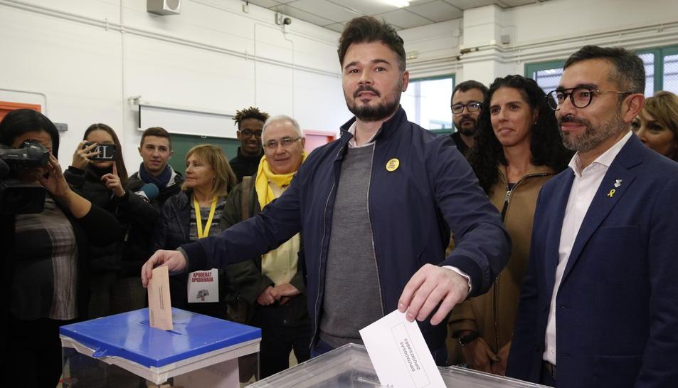 El cap de llista d'ERC a les eleccions espanyoles, Gabriel Rufián, vota a l'escola Ribatallada de Sabadell.