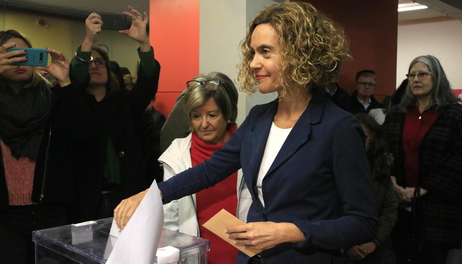 Meritxell Batet, cap de llista del PSC, introduint la papereta del Congrés dels Diputats al col·legi electoral de l'Escola Pare Poveda de Vallcarca.