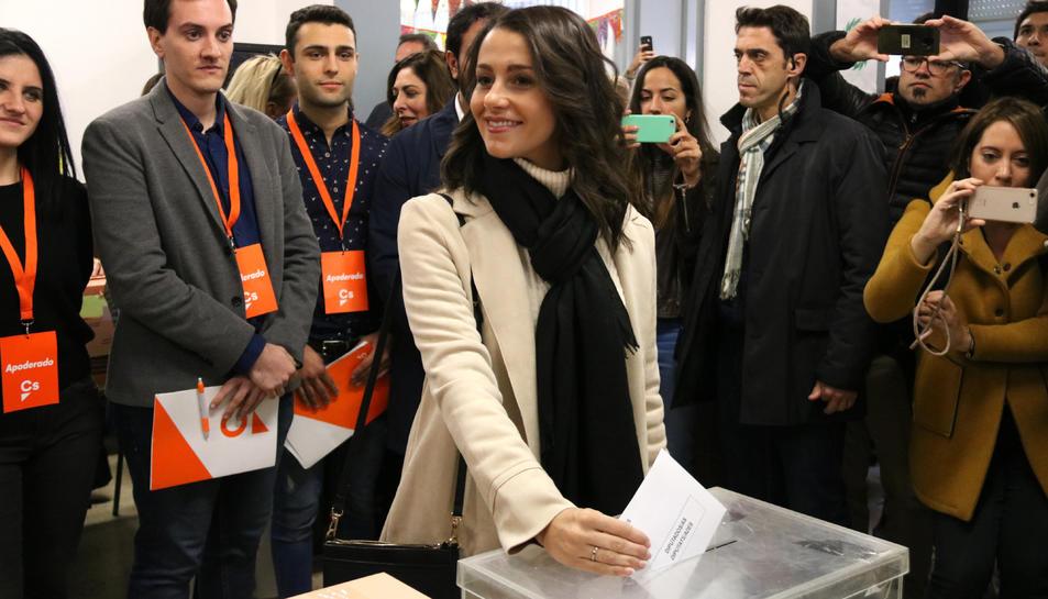 La cap de llista de Cs a Barcelona, Inés Arrimadas, vota a l'Escola Ausiàs March de Barcelona.