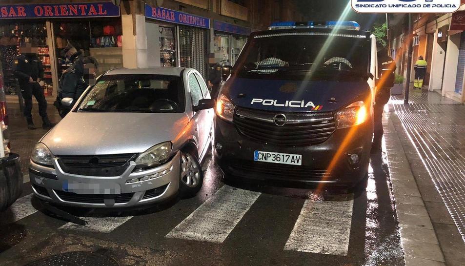 El cotxe i la furgoneta de la Policia Nacional que han xocat al barri de Sants.