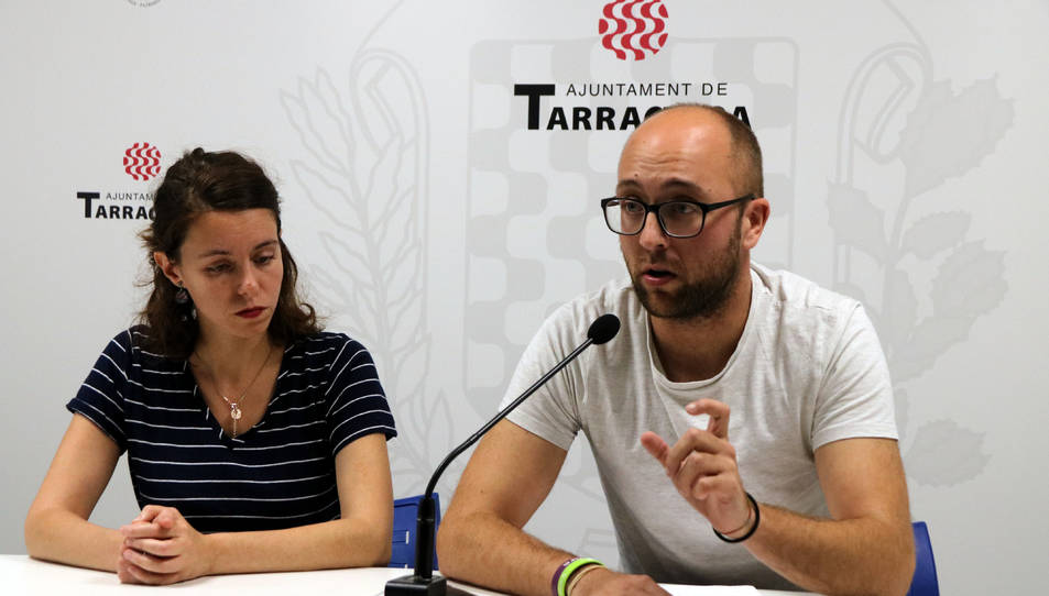 Carla Aguilar i Hermán Pinedo, els dos consellers d'ECP a l'Ajuntament, en roda de premsa.