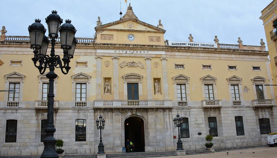 Pla general de la façana de l'Ajuntament de Tarragona amb la pancarta amb el lema 'Llibertat presos polítics', l'11 de novembre del 2019