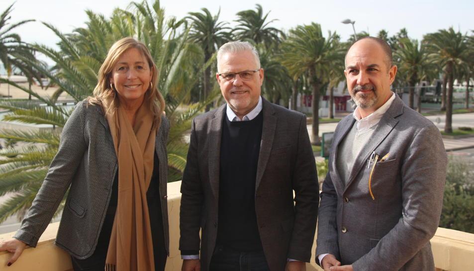 L'alcalde de Salou, Pere Granados, al centre de la imatge; acompanyat de Natàlia Bel, resposnable de promoció del Patronat de Turisme; i de Joan Carles Capilla, gerent del Patronat.
