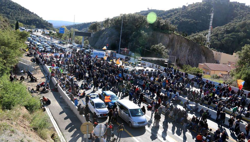 Imatge del tall de l'AP-7 provocat per la concentració organitzada per Tsunami Democràtic