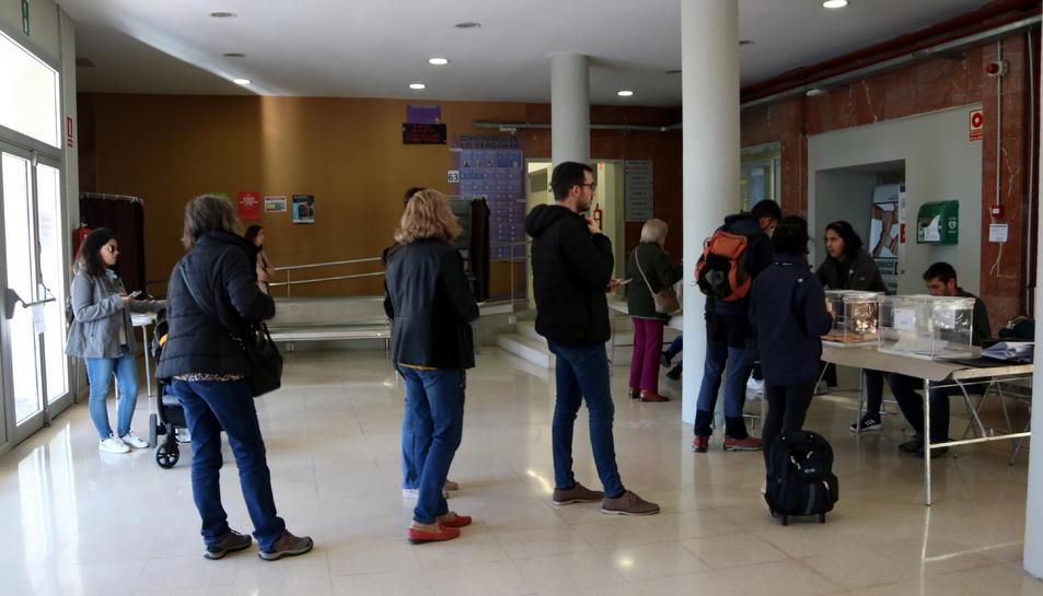 Veïns del centre de Tarragona votant a l'Institut Vidal i Barraquer, aquest 10-N.