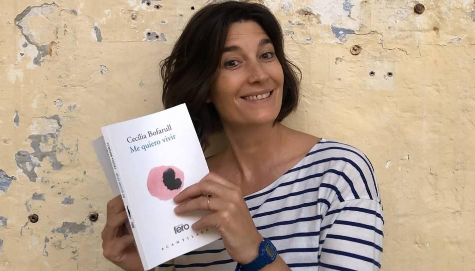 Cecília Bofarull amb el seu llibre, que combina text i aquarel·la.