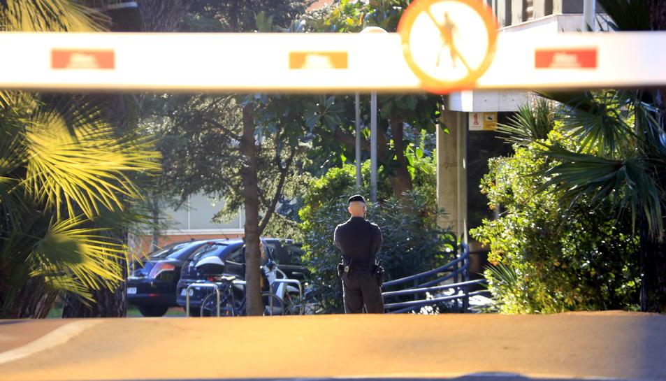 Un guàrdia civil vigila l'entrada de la Secretaria General de l'Esport durant un escorcoll.