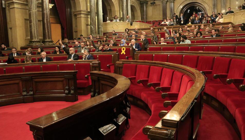 Pla general del ple del Parlament amb l'absència del Govern i Cs.